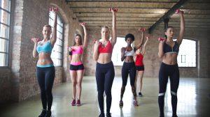 Carenza di calcio, ragazze che si allenano con i pesi